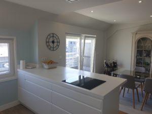Vista de la cocina unida al salón