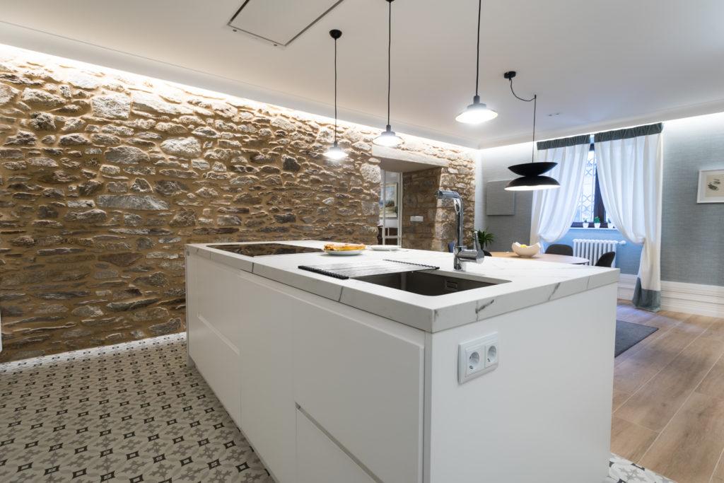 Cocina actual en un edificio tradicional de piedra.
