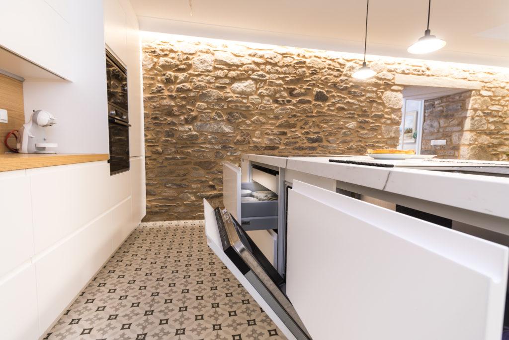 Detalle del mobiliario de cocina con uñero integrado.