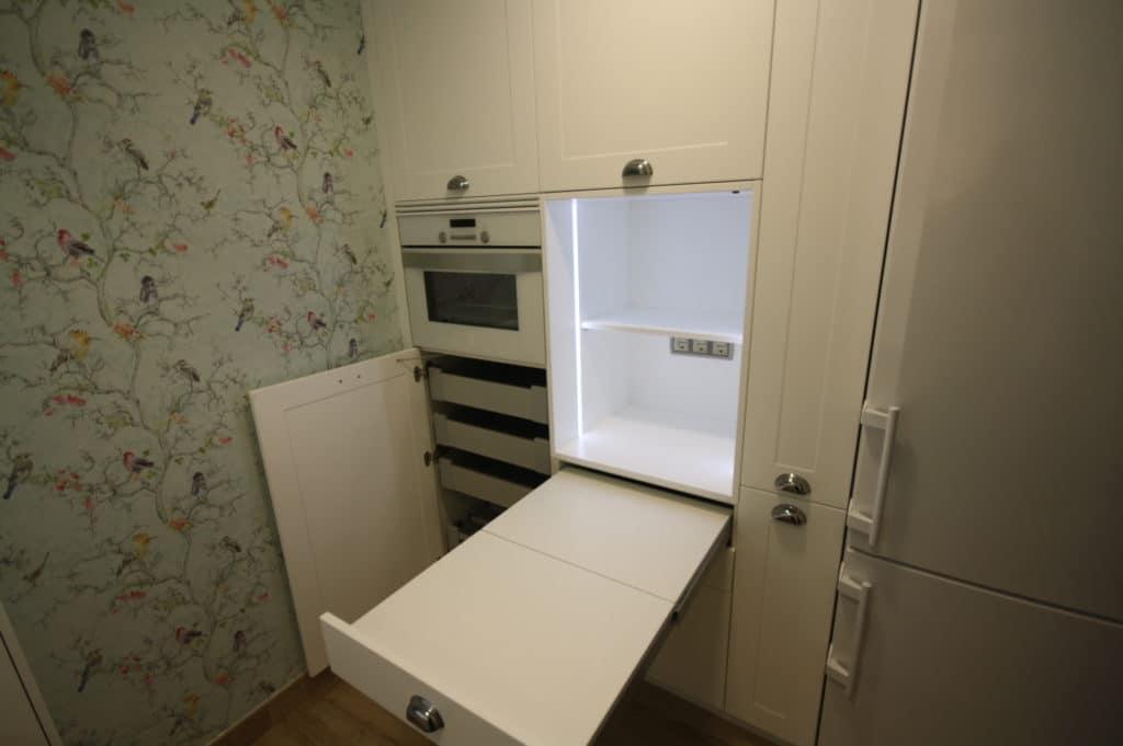 Detalle de mesa extraíble para una cocina de dimensiones pequeñas.