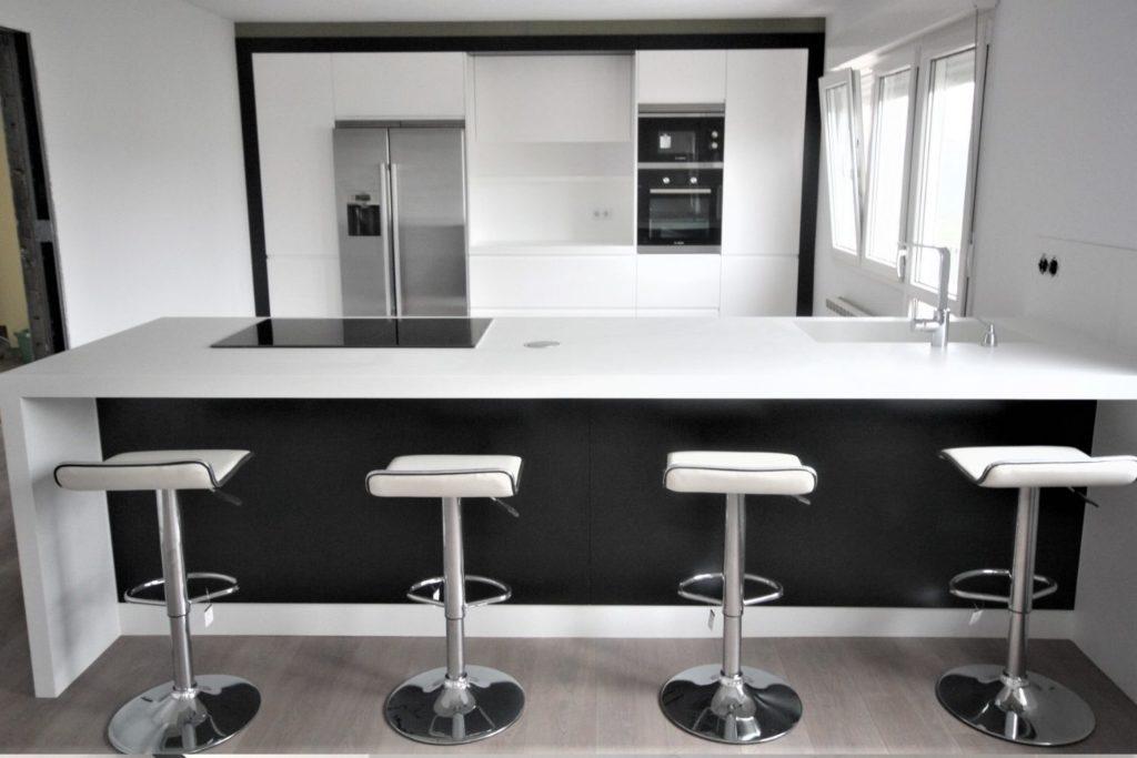 Modelo de cocina blanco y negro de Jocar.